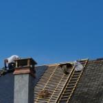Couvreur zingueur sur le toit d'une maison