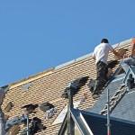 Plusieurs couvreurs sur le toit d'une maison