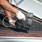 Artisan réalisant une toiture en shingle