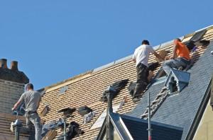 Artisans travaillant toiture.